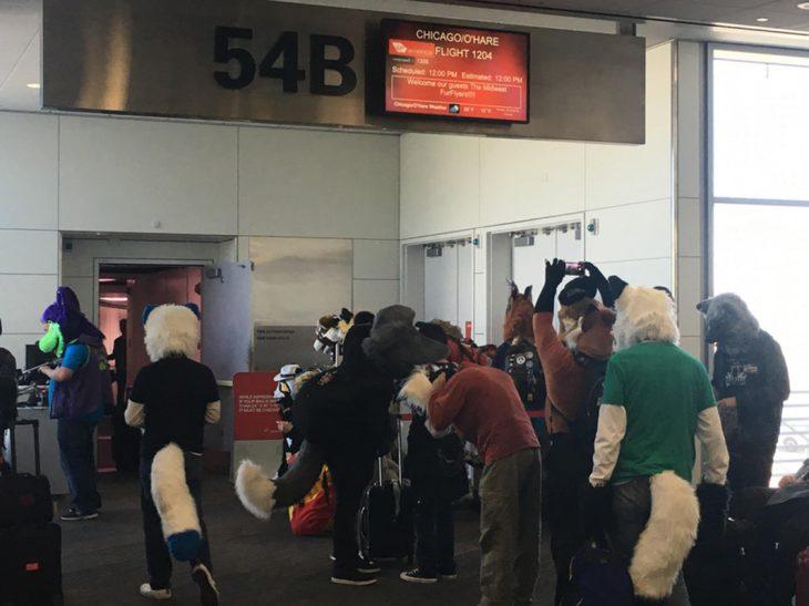 personas disfrazadas en el aeropuerto