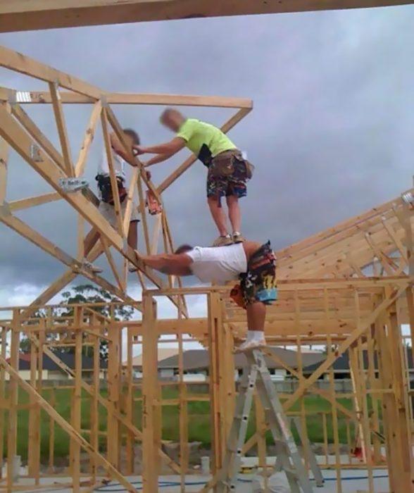 hombres construyendo con mínima seguridad
