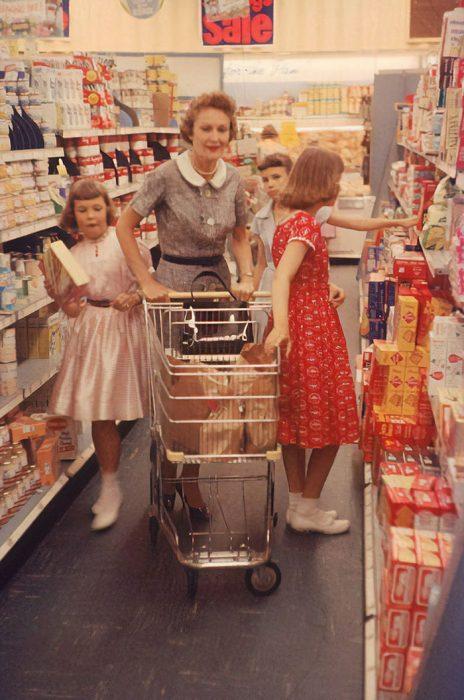Una ama de casa y sus hijas haciendo las compras, 1958