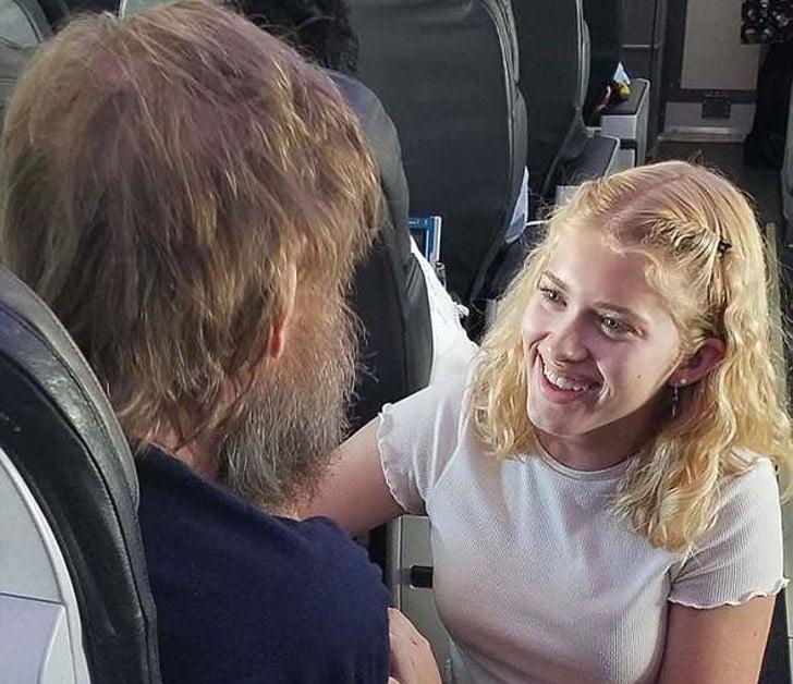Chica de 15 años ayuda a hombre sordo y ciego en un avión
