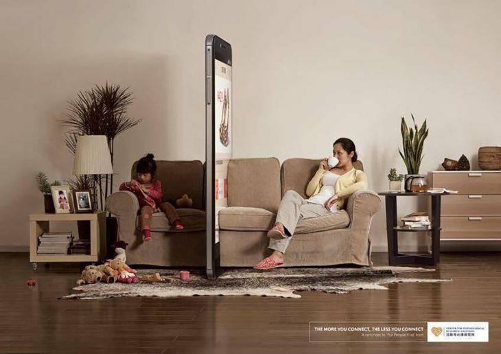 enorme celular separa a madre e hija