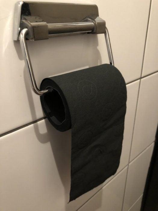 Papel higiénico negro en un restaurante holandés