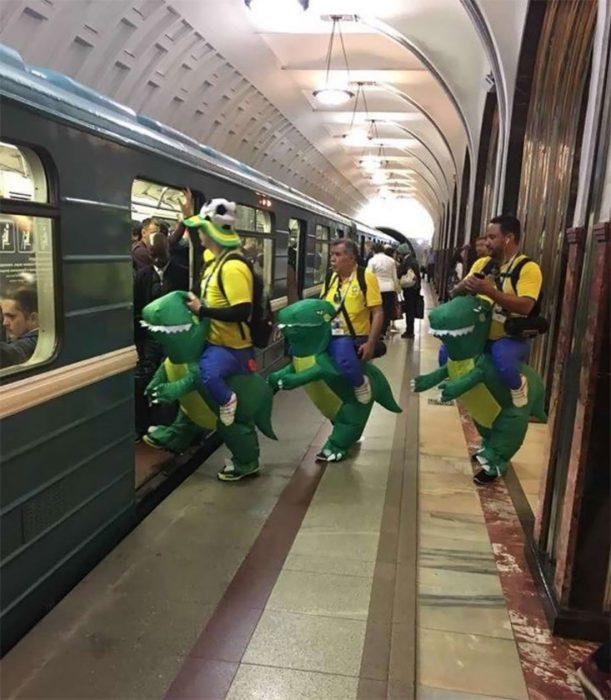 tres hombres en trajes de tortuga