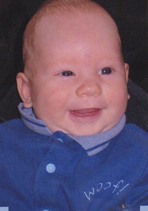 bebé con expresión graciosa