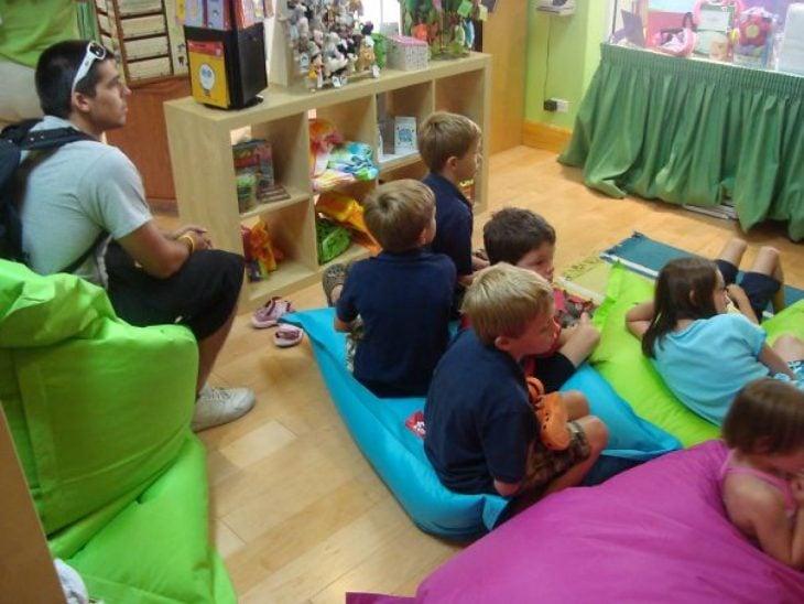 hombre viendo películas de pixar con niños