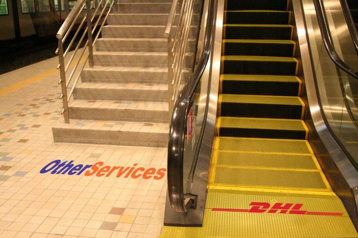 DHL vs. otros servicios escaleras eléctricas