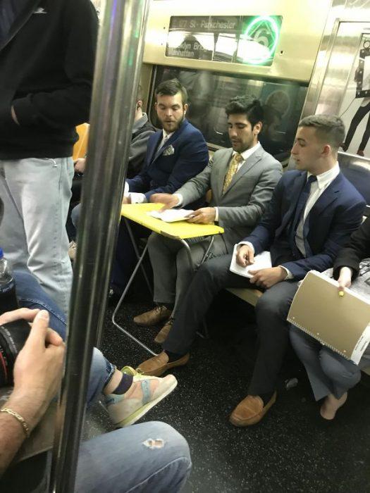chicos teniendo una reunión del trabajo en el metro