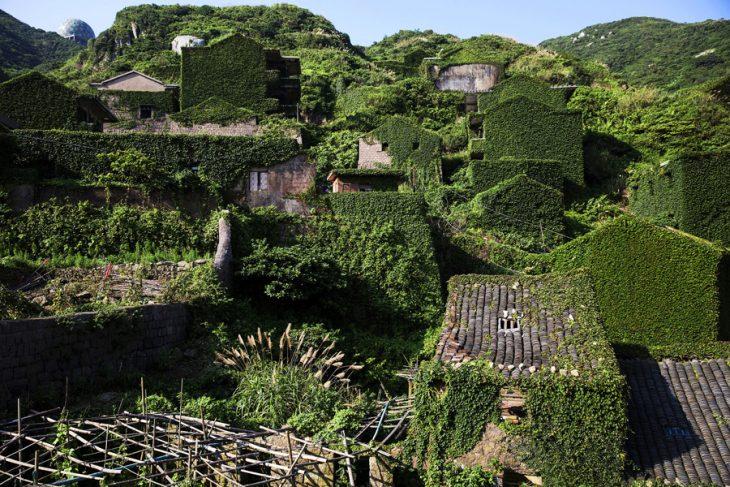 pueblito cubierto de vegetación