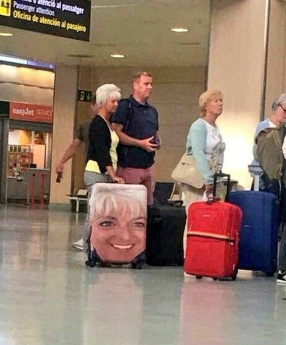 mujer con maleta donde está impresa su cara