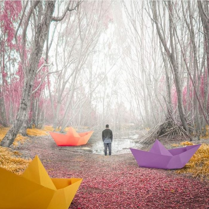 imagen surrealista de barquitos de papel