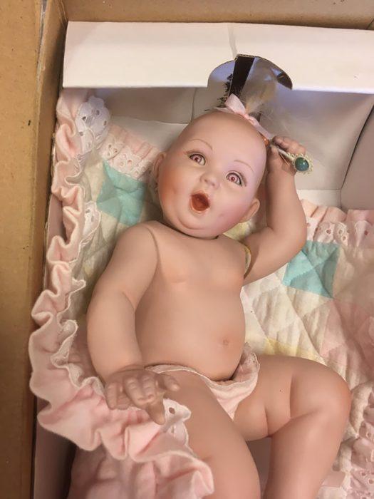 bebé reborn en una caja