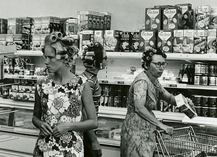 foto de vintage de mujeres con tubos en la cabeza haciendo compras