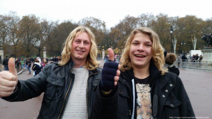 dos chicos rubios de cabello largo