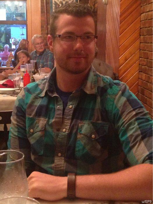 hombre de camisa a cuadro y detrás un hombre mayor de camisa a cuadro