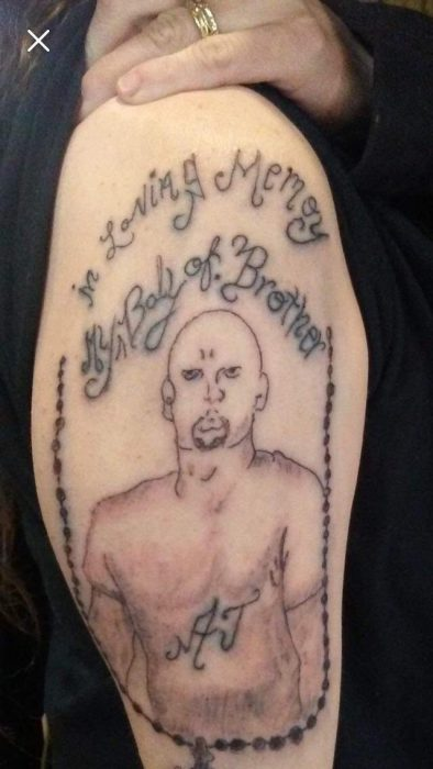 tatuaje mal hecho de un hombre pelón