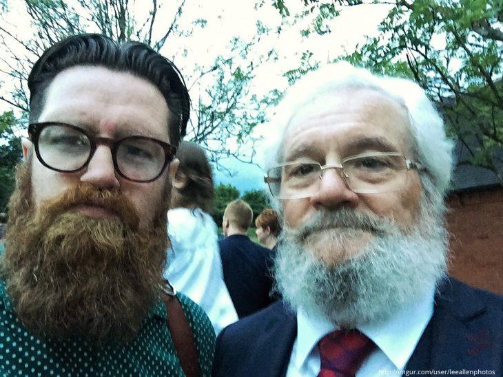 hombre de barba y lentes al lado de otro que se le parece mucho