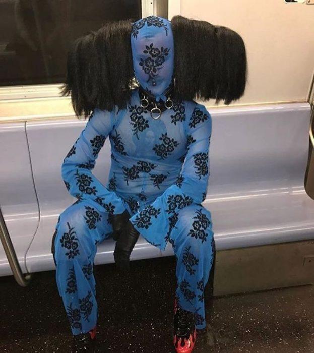 hombre vestido muy raro en el metro