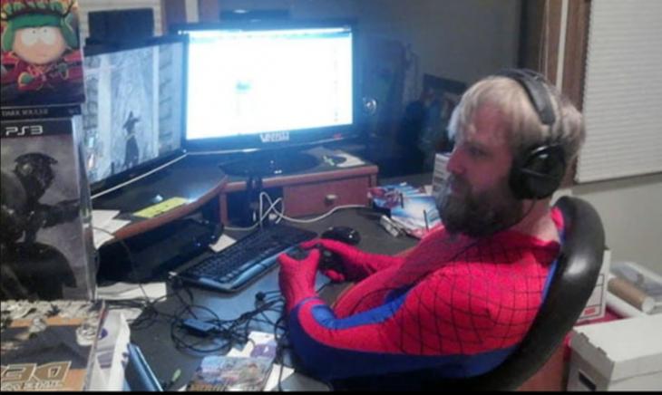 hombre en oficina vestido de spiderman