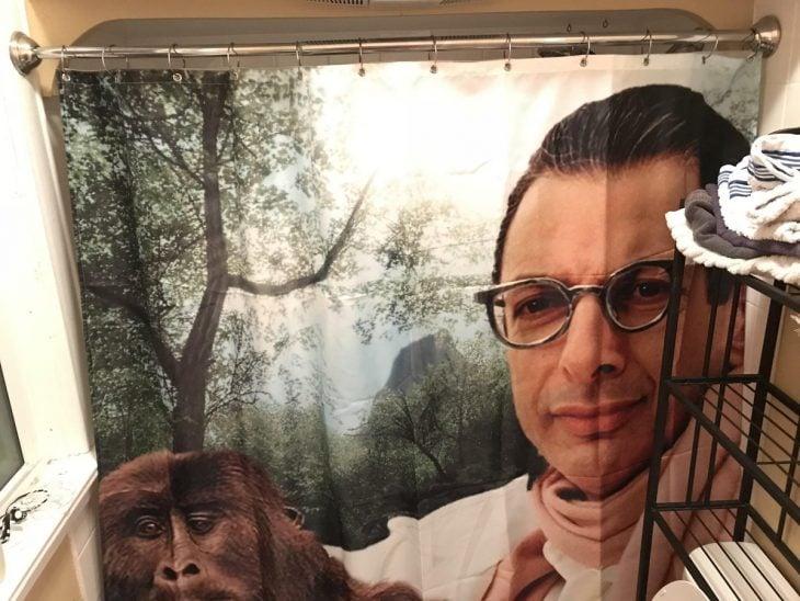 cortina de un hombre con un mono