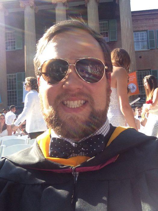 hombre graduado con lentes