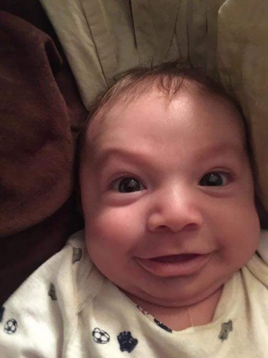 bebé feo sonriendo