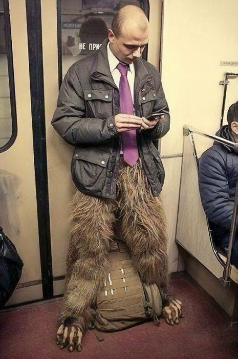 hombre con corbata y piernas peludas