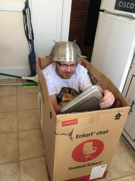 hombre jugando con una caja