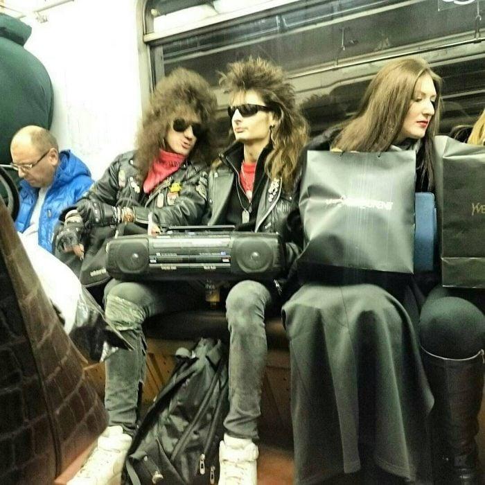 chicos en el metro vestidos como en los 80