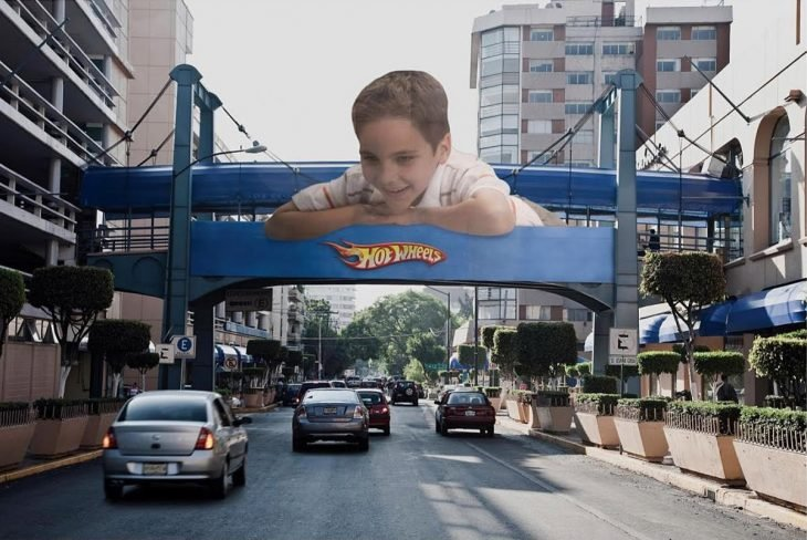 Espectacular de Hot Wheels de Mattel en un puente