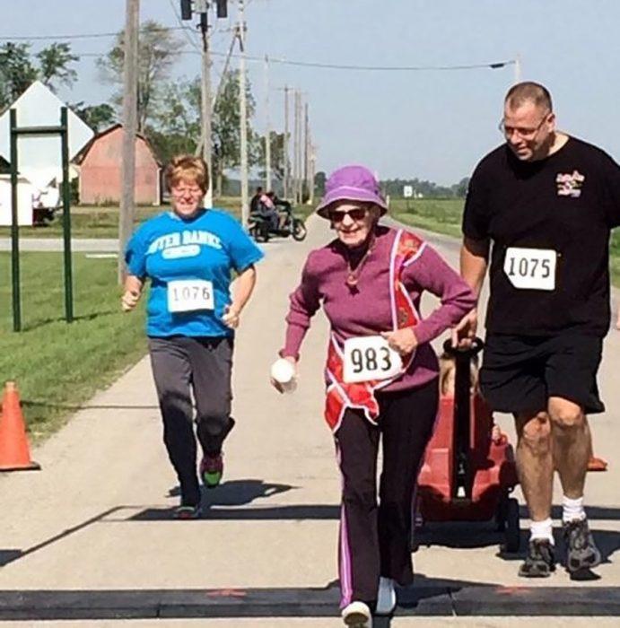viejita en maratón