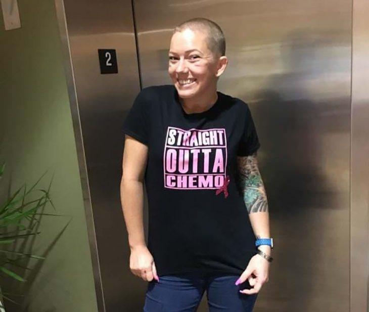 mujer sonriendo luego de la quimio