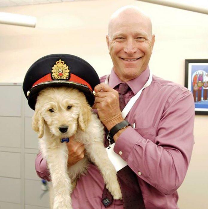 perrito con sombrero de policía