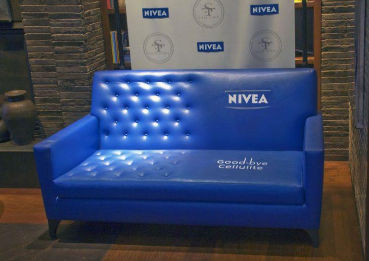 Nivea usa un sofá para publicitar su crema antiarrugas