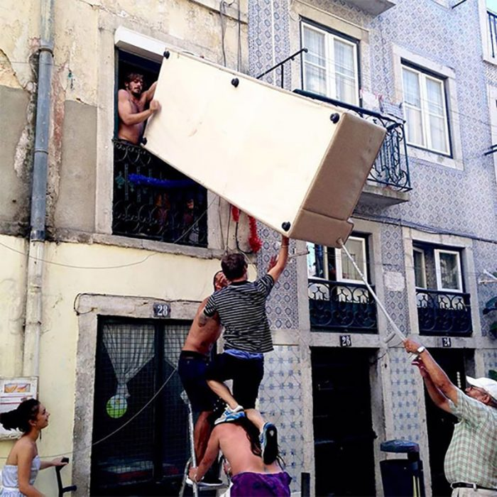 hombres sacando un refri por la ventana