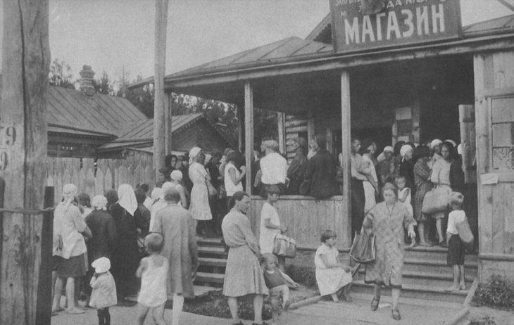 Fila para comprar en una tienda de la Unión Soviética, 1930