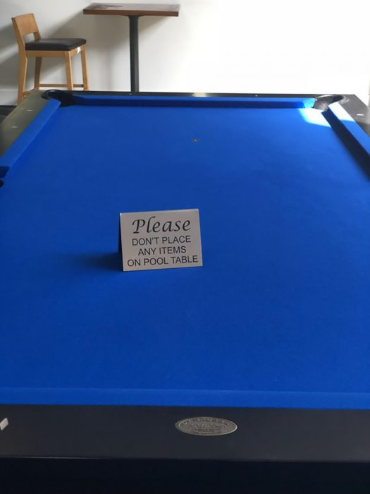 letrero sobre una mesa de billar