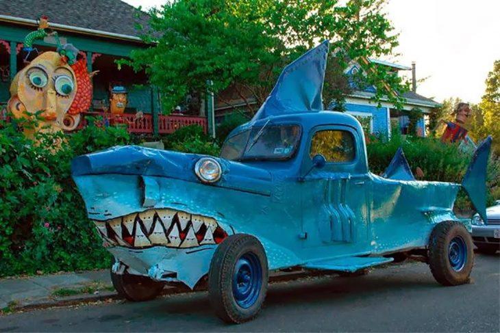 camioneta en forma de tiburón