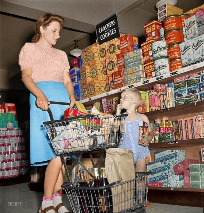 Joven madre y su hijo en una tienda en Maryland, 1942