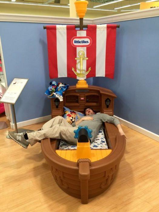 hombre en cama con forma de barco