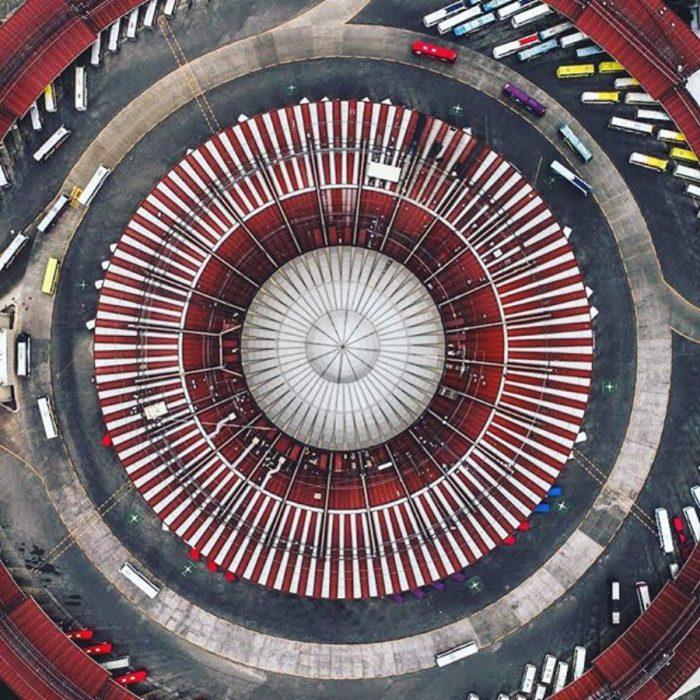 terminal de autobuses vista desde el cielo