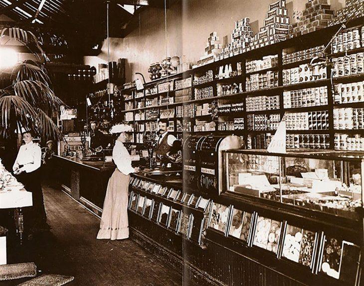 mujer de compras en una tienda de comestibles en el siglo XIX en Estados Unidos