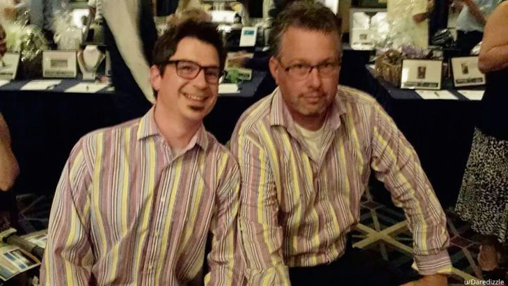 dos señores vestidos igual