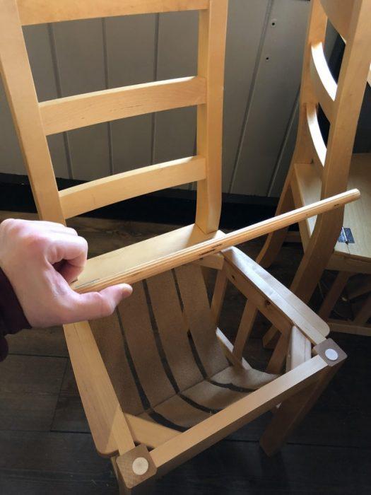 silla que tiene un espacio para que pongas tu casco, bolsa o guantes