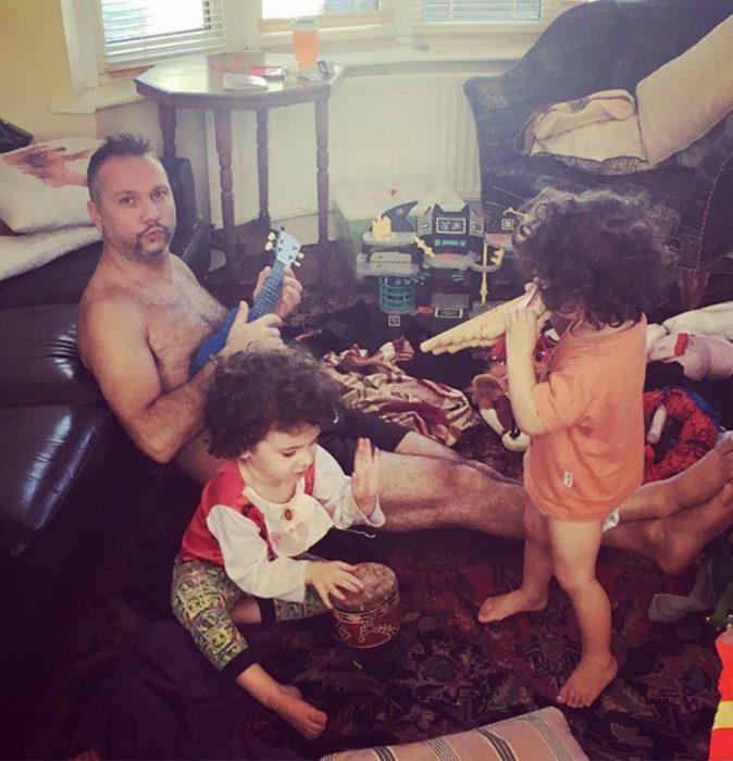 hombre con sus hijos jugando a una banda