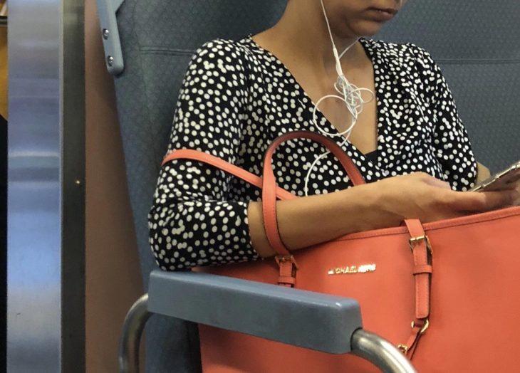 mujer con los audífonos mal puestos