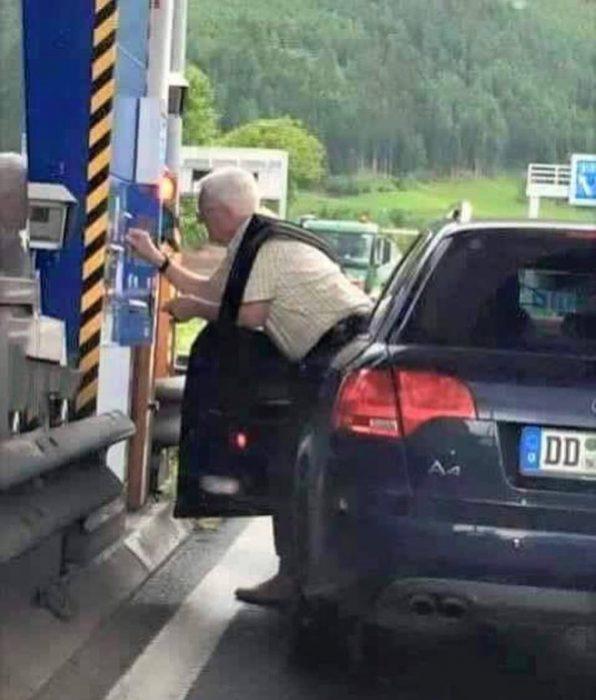 anciano atorado en puerta de auto