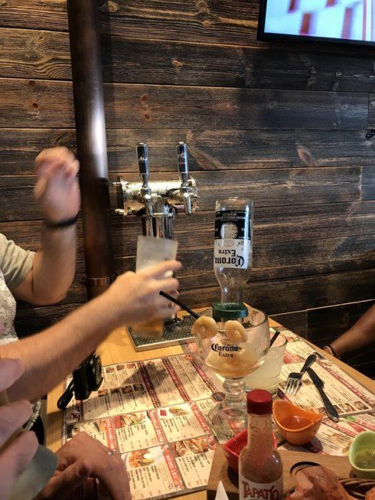 dispensador de cerveza en mesa de restaurante