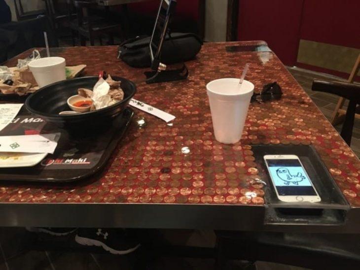 mesa tiene un hueco para poner el celular y evitar que caiga