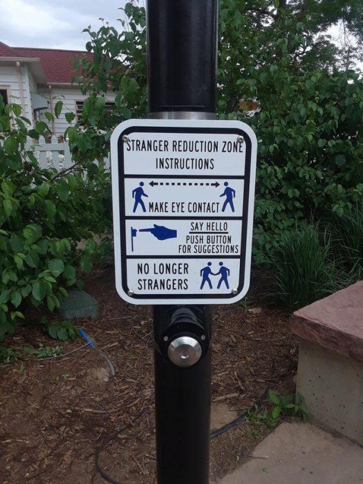 cartel con instrucciones para conocer extraños