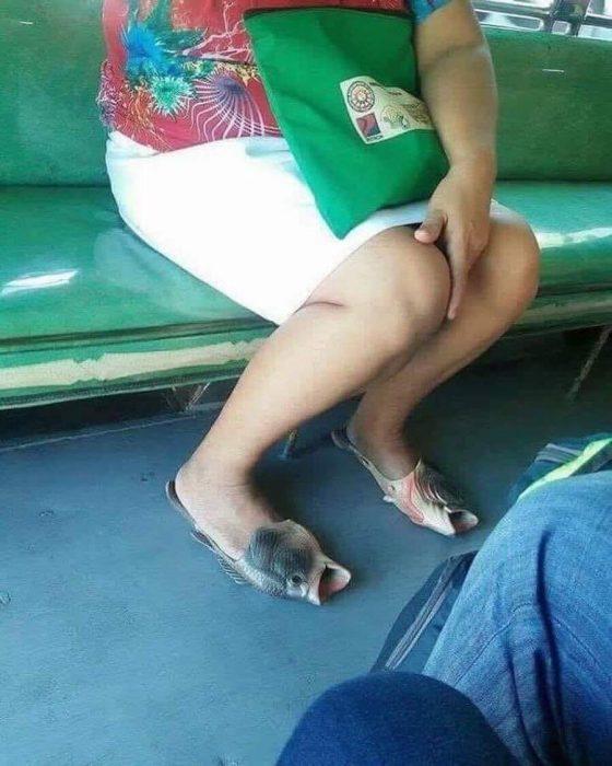 mujer con zapatos de pescado en un metro